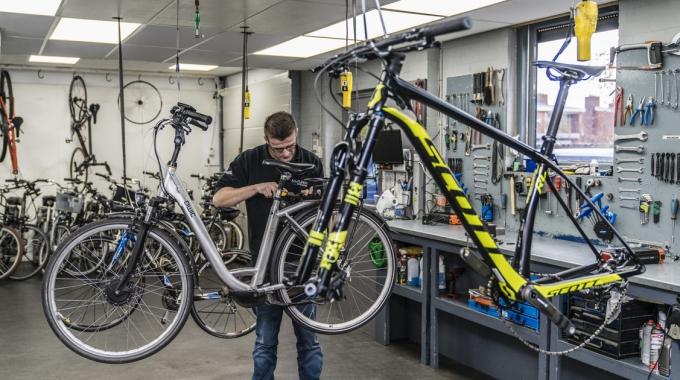 Sleutelen aan de fiets